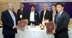 The CEO, NITI Aayog, Shri Amitabh Kant, the Secretary, Ministry of Drinking Water and Sanitation, Shri Parameswaran Iyer and the High Commissioner of Singapore to India, Mr. Lim Thuan Kuan witnessing the signing of a collaboration agreement between NITIAayog, SCE & Temasek, at the Capacity Building Programme for Urban Water Management, organised by the NITI Aayog, in New Delhi on November 26, 2018.