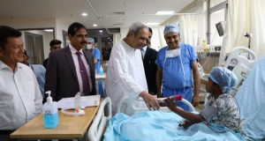 Naveen-meets-child-patients-in-Gujarat-750x430