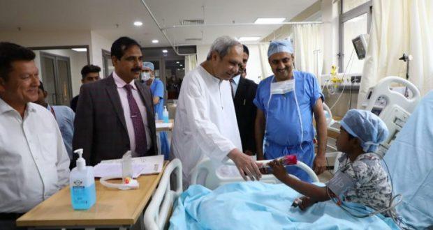 Naveen-meets-child-patients-in-Gujarat-750x430