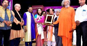 Shallu Jindal receiving Urvashee Samman1
